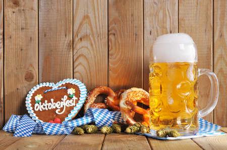 bandera alemania: Original b�varo de Oktoberfest de pan de jengibre del coraz�n con la taza de cerveza y pretzels suaves de Alemania Foto de archivo