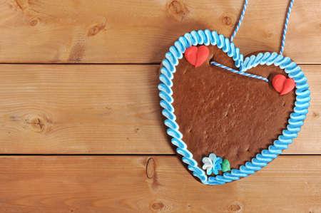 未經標籤的原始巴伐利亞薑餅心從德國老風化木板