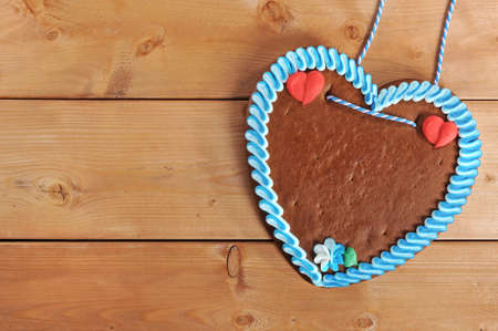 unlabeled original bavarian gingerbread heart from Germany on old weathered wooden board 版權商用圖片