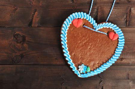 未標記的原巴伐利亞薑餅心臟來自德國的老風化木板 版權商用圖片