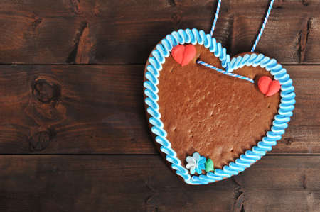 unlabeled original bavarian gingerbread heart from Germany on old weathered wooden board Standard-Bild