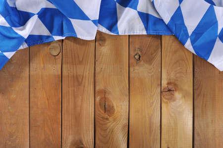 Oktoberfest in Deutschland - original bayerischen Flagge auf alten verwitterten Holzbrett. Hintergrund mit Exemplar.