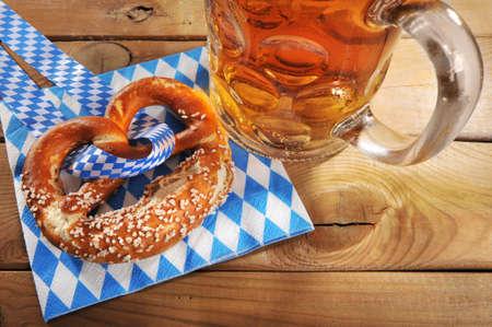 Original Bayerische gesalzen weiche Brezel mit Oktoberfest-Bierkrug auf Serviette aus Deutschland