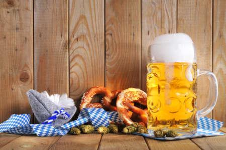 originele Beierse pretzels zacht met Oktoberfest bier mok en kostuum heeft uit Duitsland