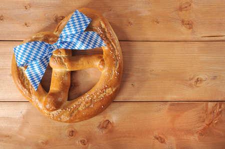 sal: grande original pretzel Oktoberfest de Baviera con la bandera de Baviera de Alemania sobre tabla de madera