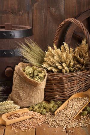舊啤酒桶啤酒花,小麥,穀物,大麥和麥芽 版權商用圖片