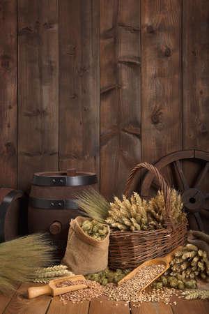 Vieux tonneau de bière avec du houblon, le blé, les céréales, l'orge et le malt Banque d'images - 49139723