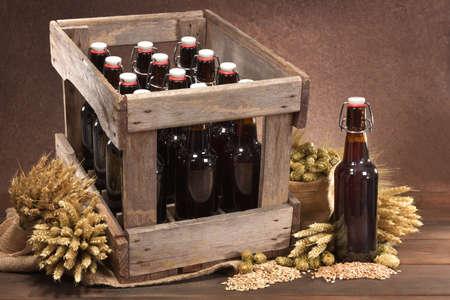 Bierkiste und Bierflasche mit Hopfen, Weizen, Getreide, Gerste und Malz Standard-Bild
