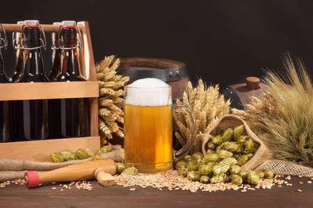 Bière caisse, baril de bière et de la bière en verre avec du houblon, le blé, les céréales, l'orge et le malt Banque d'images - 52087236