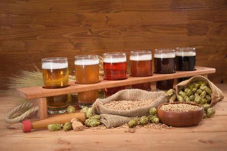 cebada: caja de cerveza con muchas cervezas diferentes, lúpulo, trigo, grano, cebada y malta Foto de archivo