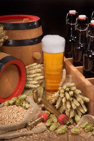啤酒瓶啤酒杯,啤酒花,小麥,穀物,大麥和麥芽