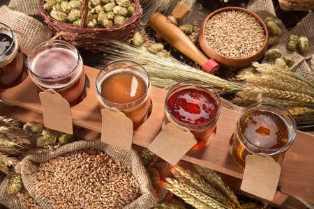 Bierkiste mit vielen verschiedenen Bieren, Hopfen, Weizen, Getreide, Gerste und Malz