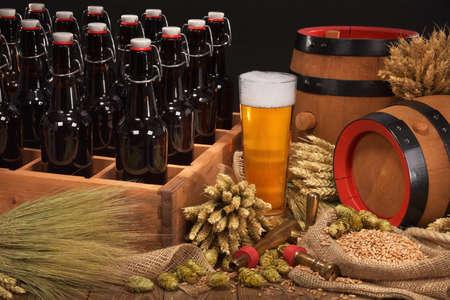 alte Bierkiste mit Bierglas, Hopfen, Weizen, Getreide, Gerste und Malz Standard-Bild