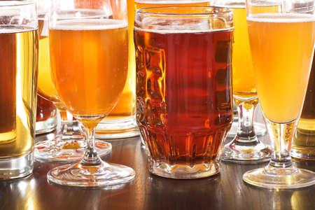 Viele verschiedene Biergläser mit Bier aus der ganzen Welt Standard-Bild