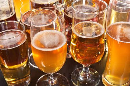 許多不同的啤酒眼鏡與來自世界各地的啤酒