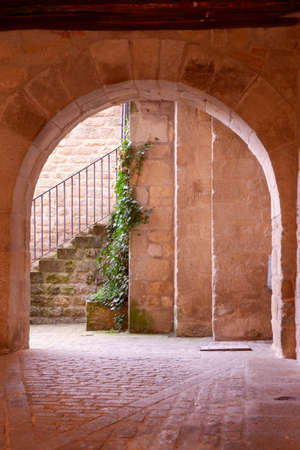 Stone entrance to internal yard in warm colours in Sos del Rey Catolico, Aragon, Spain Imagens