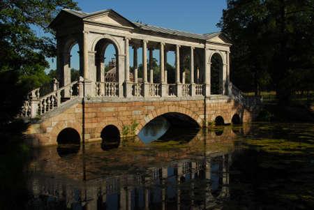 상트 페테르부르크에서 그리 멀지 않은 푸쉬킨 러시아의 정원에 걸친 다리 옛 제국의 거주지