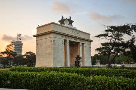 independencia: La Plaza de la Independencia de Accra, Ghana, inscrita con las palabras libertad y la justicia, AD 1957, conmemora la independencia de Ghana, por primera vez en el �frica Subsahariana Contiene monumentos a Ghana