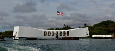 USS Arizona Memorial Pearl Harbor Hawaii zich pal over de resten van het schip dat nog steeds olie vrij
