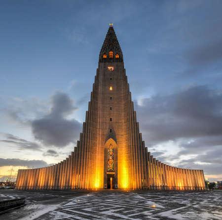 Hallgrimskirkja Cathedral in Reykjavik, Iceland at dawn   The Lutheran  Church of Iceland  parish church in Reykjavik, Iceland  At 73 metres  244 ft , it is the largest church in Iceland  Standard-Bild