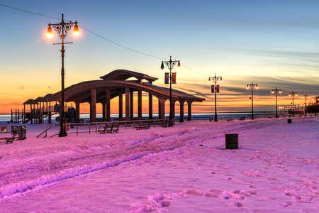 ブライトンのビーチとコニー ・ アイランド、ニューヨーク、冬としても知られているリトル オデッサに沿って遊歩道は雪に覆われました。 報道画像