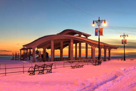 ブライトン ビーチとコニー ・ アイランド ビーチ、ニューヨーク、リトル オデッサとしても知られている冬の間に沿って遊歩道は雪に覆われました