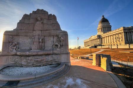 batallon: El edificio Utah State Capital Batall�n Morm�n Monumento al atardecer con el edificio de la capital del estado de Utah en lo alto de una colina que domina la ciudad de Salt Lake City. Foto de archivo