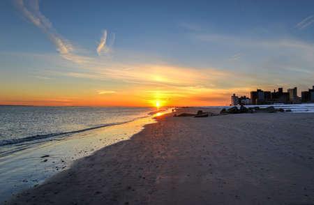 ブライトン ビーチとコニー ・ アイランド、ニューヨーク、冬季のリトル オデッサとしても知られている日没は、雪に覆われました。