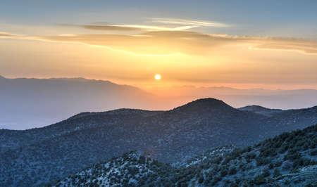 inyo national forest: Puesta de sol desde el antiguo Bristlecone Bosque de pinos en las monta�as blancas en el condado de Inyo, en el este de California.