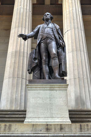 federal hall: George Washington Statue at Federal Hall National Monument in New York City.