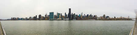 manhattan mirror new york: Manhattan Skyline in New York City on a cloudy day from Long Island City.