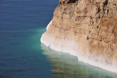 the deepest: Vista de la costa del Mar Muerto. El Mar Muerto es el lago hipersalinos m�s profundo del mundo. Foto de archivo