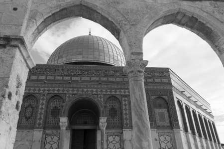 The Dome of the Rock, Jerusalem, Israel located on the Temple Mount in black and white. Imagens