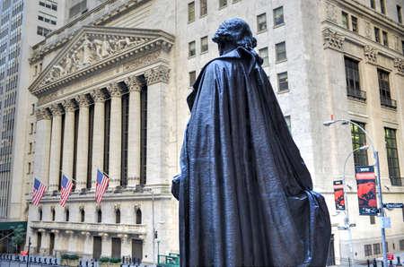 new york stock exchange: NEW YORK CITY - 27 settembre: Wall Street il 27 settembre 2014 a New York, NY. Wall Street � la casa di New York Stock Exchange, borsa pi� grande del mondo per capitalizzazione di mercato.