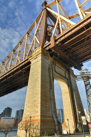 roosevelt: The Roosevelt Island Bridge is a lift bridge that connects Roosevelt Island in Manhattan to Astoria in Queens, crossing the East Channel of the East River.