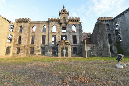 undeveloped: Renwick Smallpox Hospital, an abandoned hospital located in an otherwise undeveloped area at the southern tip of the Roosevelt Island in Manhattan, New York City. Stock Photo
