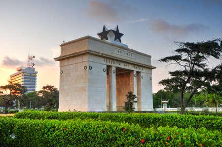 """El Arco de la Independencia de la Plaza de la Independencia de Accra, Ghana al atardecer. Con la inscripción """"Libertad y Justicia, AD 1957"""", conmemora la independencia de Ghana, por primera vez en África subsahariana. Editorial"""