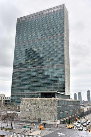 nazioni unite: NEW YORK, NEW YORK - 4 gennaio 2015: sede delle Nazioni Unite a New York contro il traffico.
