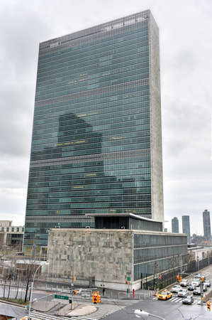 the united nations: NUEVA YORK, NUEVA YORK - 04 de enero 2015: sede de las Naciones Unidas en Nueva York contra el tr�fico.
