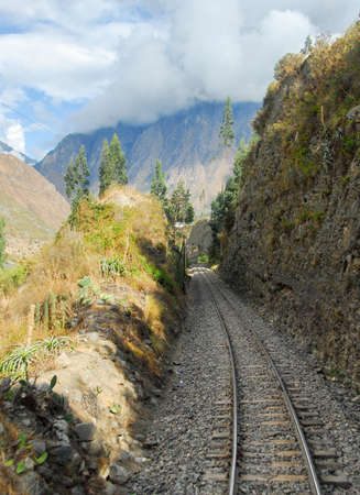 Railroad Tracks through the Andes Mountains in Peru, between Cusco and Machu Picchu Imagens