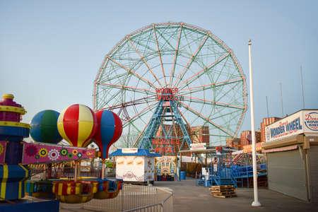 뉴욕 -12 월 26 일, 2014 : 원더 휠 코니 아일랜드, 뉴욕에서 데 노의 원더 휠 놀이 공원에 위치한. 원더 휠 (Wonder Wheel)은 1920 년에 지어졌으며 1989 년에 역사