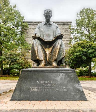 Tesla Monument bij Goat Island, Niagara Falls, New York. Gave van Joegoslavië naar de Verenigde Staten, 1976. Nikola Tesla ontwierp de eerste hydro-elektrische centrale in Niagara Falls.