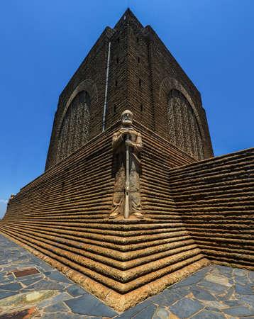 Monument voor Piet Retief bij Voortrekker Monument. De Voortrekker Monument ligt net ten zuiden van Pretoria in Zuid-Afrika. Deze enorme granieten structuur prominent gelegen op een heuvel, en werd verhoogd tot de Voortrekkers die de Ca links te herdenken Stockfoto