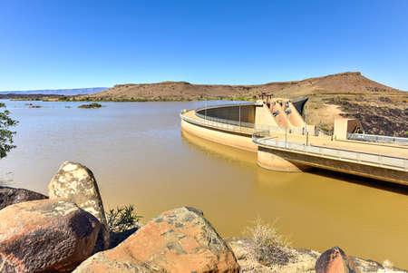 De Nautedam is een dam buiten Keetmanshoop in de Karas regio van Namibië. Het werd gebouwd tussen 1970-1972 en werd officieel in gebruik genomen in september 1972. Stockfoto
