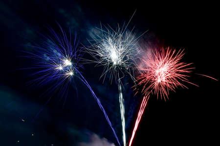 fireworks: Fuegos artificiales Coney Island en la playa en una noche de verano en Brooklyn, Nueva York. Foto de archivo