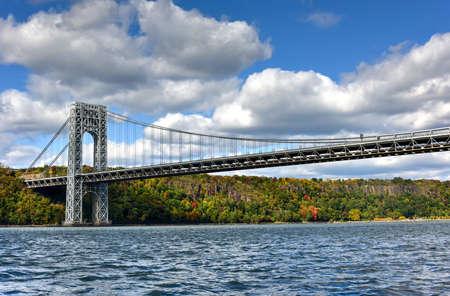 秋のニューヨーク、ハドソン川からニュージャージーにまたがるジョージ ワシントン ブリッジ。