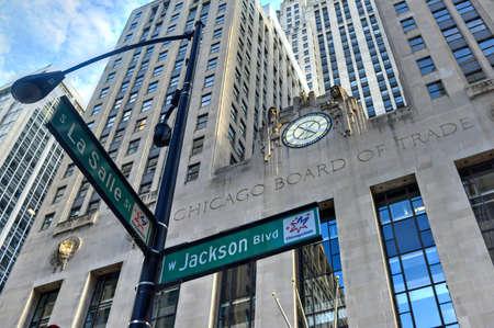 Chicago - 7. September 2015: Chicago Board of Trade Gebäude entlang Straße La Salle in Chicago, Illinois. Das Art-Deco-Gebäude wurde 1930 erbaut und zunächst eine Chicago Landmark am 4. Mai., 1977 Standard-Bild - 48264276