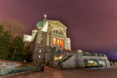 oratoria: Oratorio de San Jos� del Monte Real, una bas�lica cat�lica menor y santuario nacional en Westmount Cumbre en Montreal, Quebec en la noche. Es la iglesia m�s grande de Canad�.