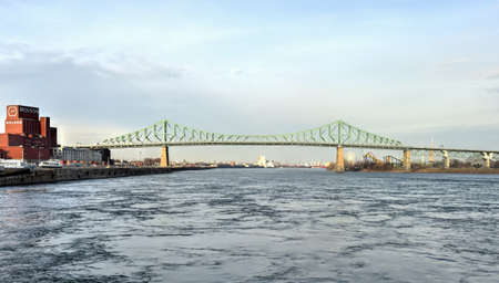 saint jacques: Montreal, Canada - November 26, 2015: The Jacques Cartier Bridge is a steel truss cantilever bridge crossing the Saint Lawrence River in Montreal, Quebec, Canada.