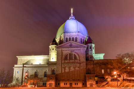 oratoria: Oratorio de San José del Monte Real, una basílica católica menor y santuario nacional en Westmount Cumbre en Montreal, Quebec en la noche. Es la iglesia más grande de Canadá.